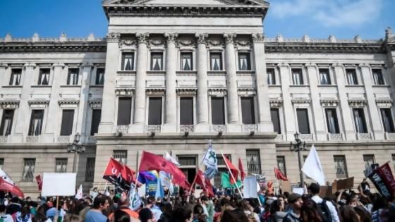 Funcionarios públicos marcharon hacia el Palacio Legislativo y fueron recibidos por los presidentes de ambas cámaras legislativas — Qué tiene la tarde — Más Temprano Que Tarde | El Espectador 810