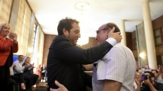 Los abrazos del amigui del intendente y la abogada regia de los chicos anti UPM — Columna de Darwin — No Toquen Nada | El Espectador 810