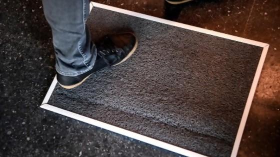 Ahora dicen que las alfombras desinfectantes no sirven para el covid y que son un riesgo — Departamento de Periodismo de Opinión — No Toquen Nada | El Espectador 810