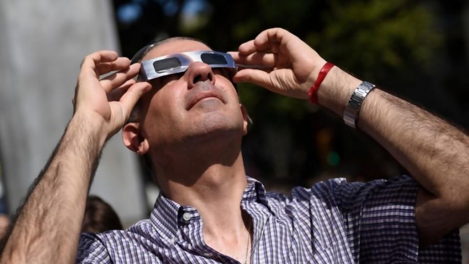 Eclipse casi total de sol y cómo se puede ver —  Entrevistas — No Toquen Nada | El Espectador 810
