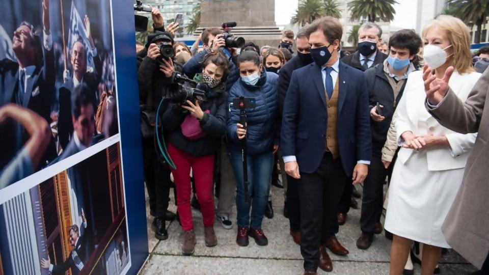 Viva la democracia. Una muestra fotográfica a cielo abierto en reconocimiento a los 36 años de estabilidad institucional en Uruguay —  Qué tiene la tarde — Más Temprano Que Tarde | El Espectador 810