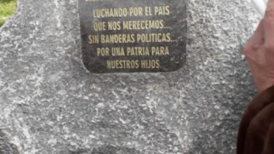 El monolito de Un Solo Uruguay —  Columna de Darwin — No Toquen Nada | El Espectador 810