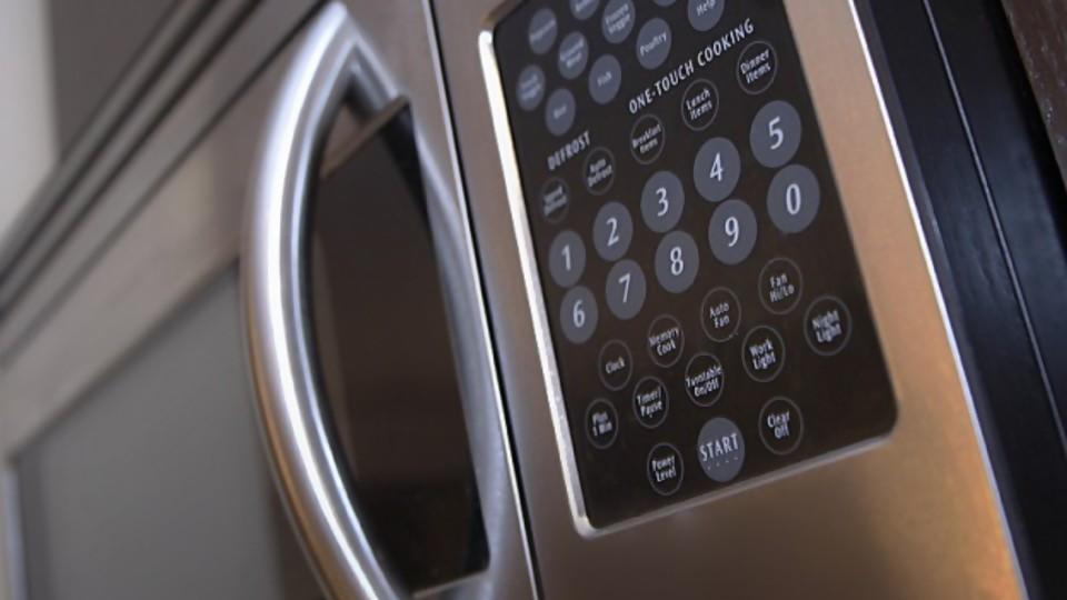 ¿Qué hay detrás de calentar en plásticos en el microondas? —  Leticia Cicero — No Toquen Nada | El Espectador 810