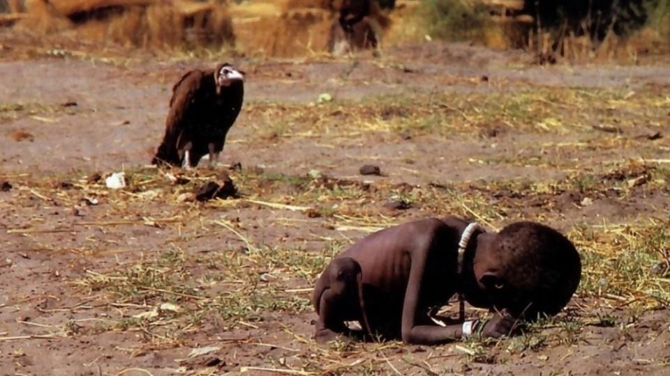 La foto del niño y el buitre: tragedia y polémica —  Leo Barizzoni — No Toquen Nada | El Espectador 810