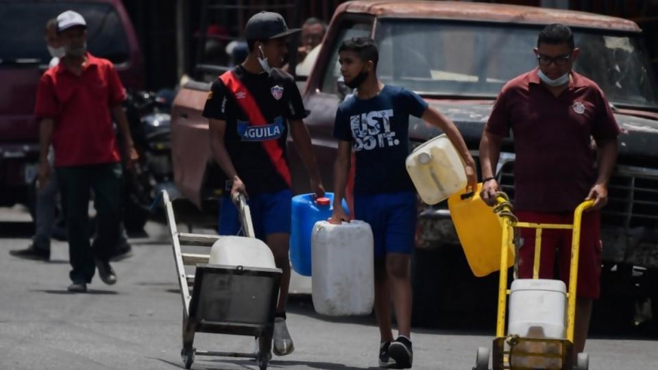 """Crónica de la """"ingeniería popular"""" para conseguir agua en Caracas —  Colaboradores del Exterior — No Toquen Nada   El Espectador 810"""