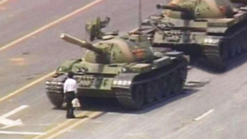 """""""El hombre del tanque"""" de la Plaza de Tiananmen —  Leo Barizzoni — No Toquen Nada   El Espectador 810"""