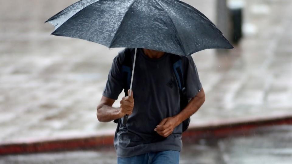 Cuando llueve, ¿te mojás más caminando o corriendo? —  El mostrador — Bien Igual | El Espectador 810