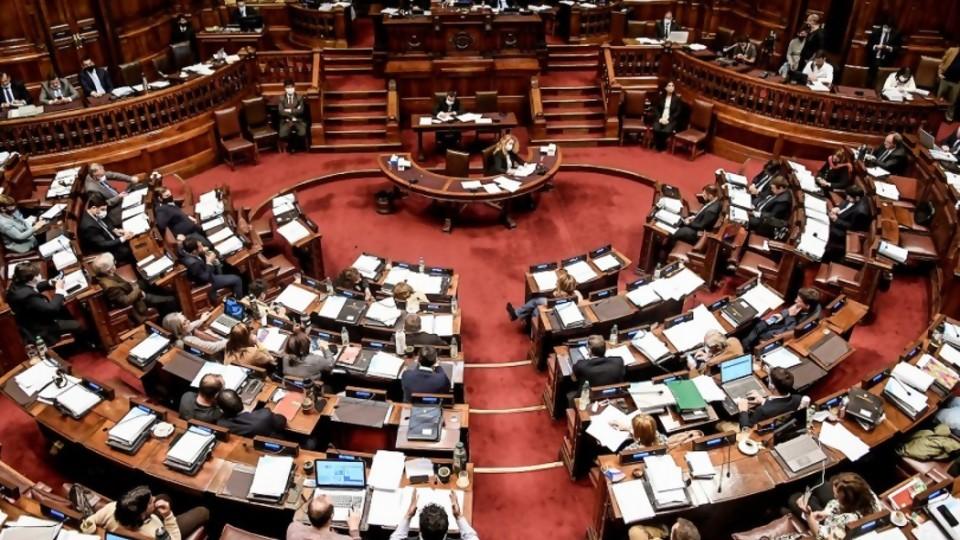 Aumento de sueldos y creación de cargos políticos en el MEF: doble discurso o buscar a los mejores —  Informes — No Toquen Nada | El Espectador 810
