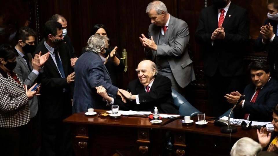 Aplausos para Sanguinetti y Mujica, dos ganadores de la vida —  Columna de Darwin — No Toquen Nada | El Espectador 810