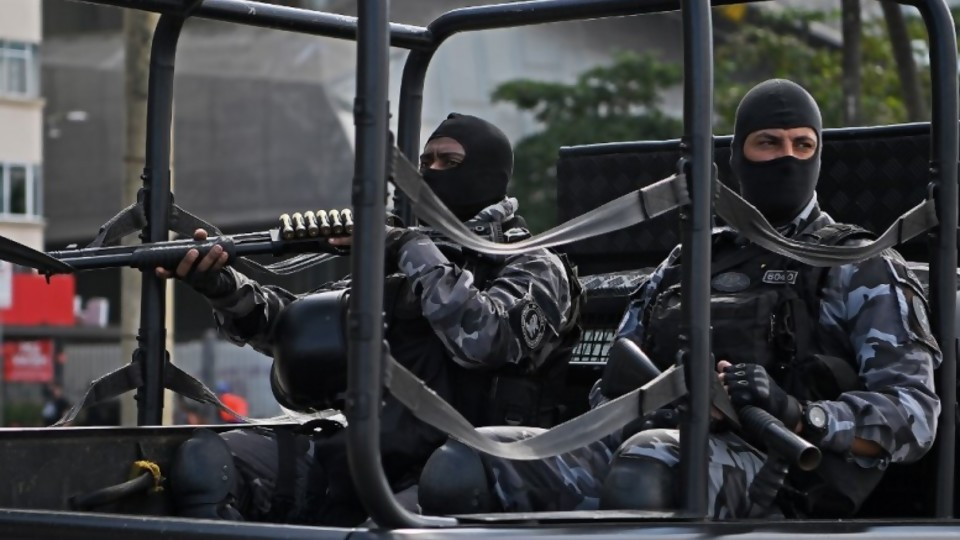 Milicias y narcotráfico dominan el 74% de Río de Janeiro  —  Denise Mota — No Toquen Nada   El Espectador 810
