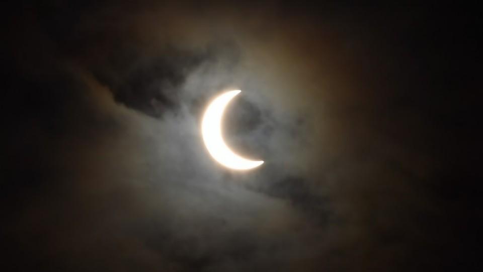 Colador y otros piques para ver el eclipse de hoy  —  Audios — No Toquen Nada | El Espectador 810