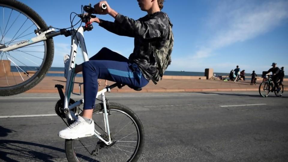 La OMS recomienda 60 minutos diarios en promedio de actividad física para niños y adolescentes —  Gastón Gioscia — No Toquen Nada   El Espectador 810